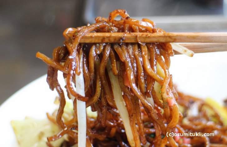 二度蒸しのモッチリ太麺の焼きそばが自慢