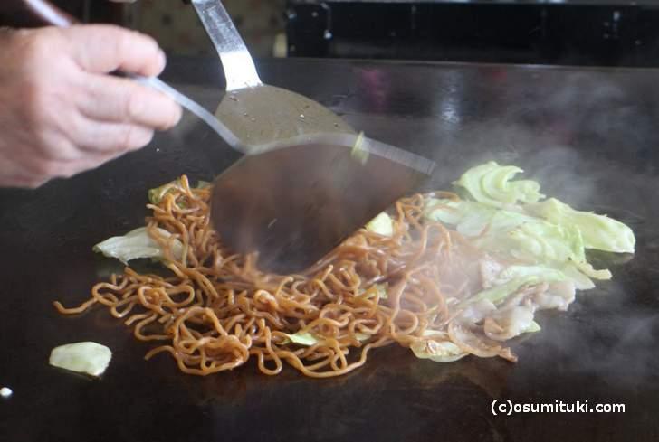 軽快な手さばきで麺と野菜・肉を炒めていきます