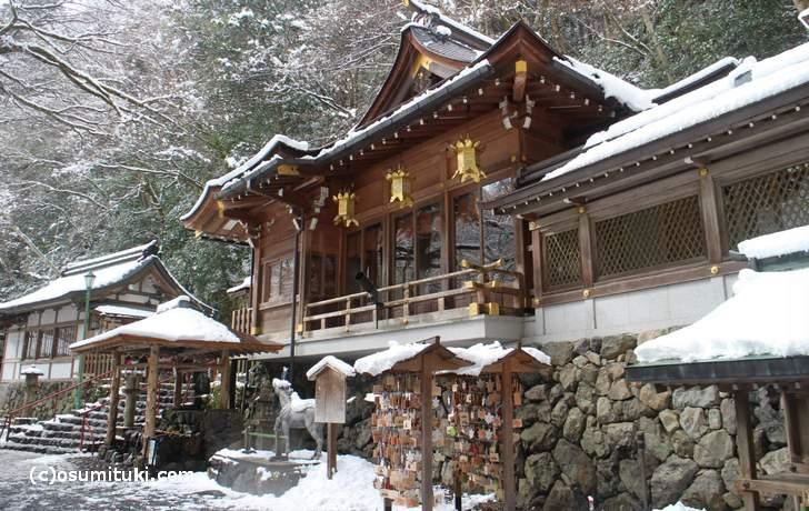 11時頃でも貴船神社では雪が降っています