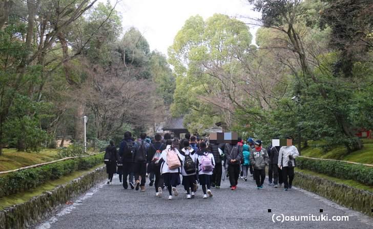 金閣寺参道の風景(2017年12月14日9時頃撮影)