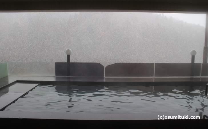 大浴場には露天風呂があり、雪の日には雪見風呂が楽しめます