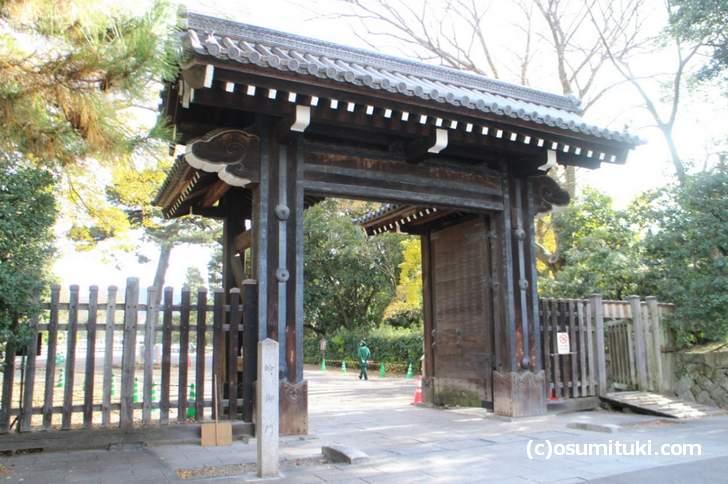 京都御所の蛤御門には幕末の弾痕が残っています