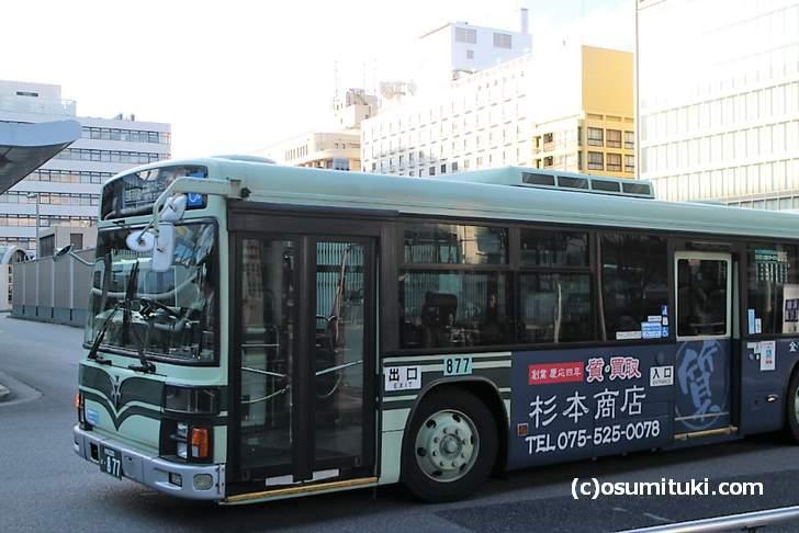 京都のバスは後ろから乗車です(京都駅)