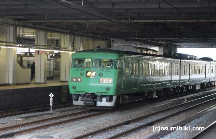 京都駅からJR奈良線で奈良方面へ1駅戻って京阪本線に乗ると楽です