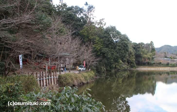 トロッコ嵐山駅のすぐ北「小倉池」のほとりにあります