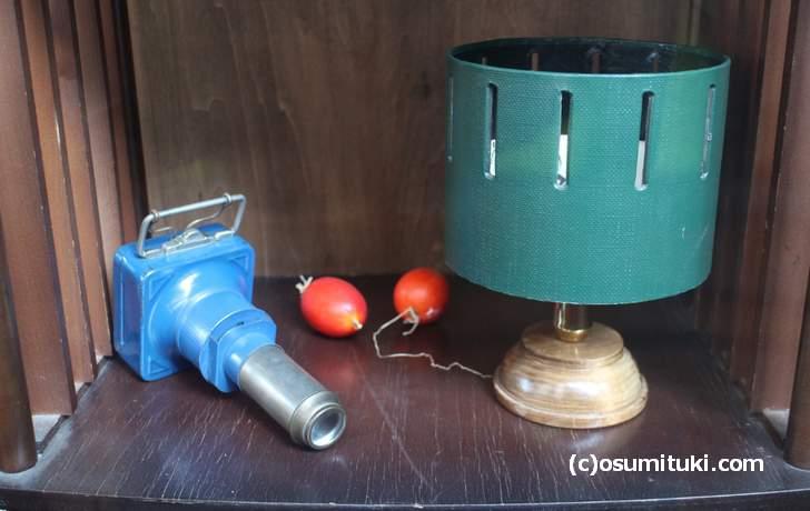 左:幻灯機(映像を壁に映す装置)、右:光学玩具(残像を利用した装置)