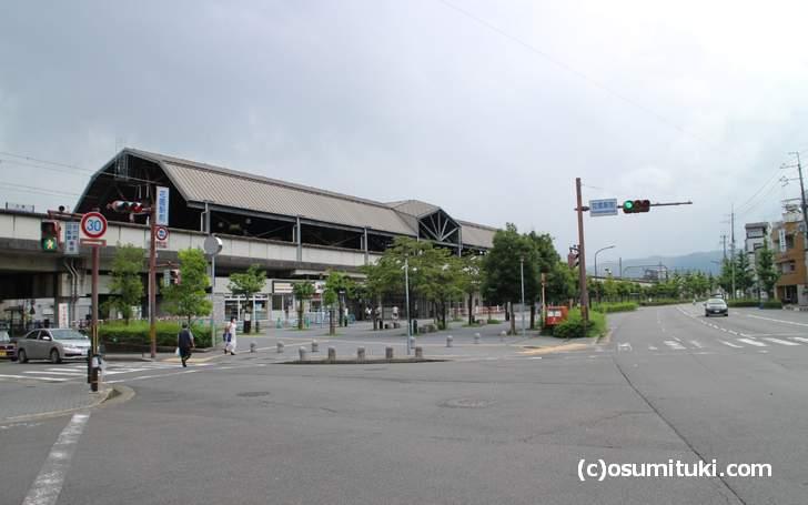 JR山陰本線「花園駅」から徒歩5分ほどの場所にあります
