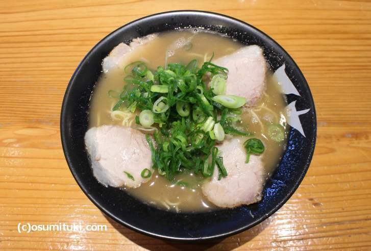 天天有のラーメンは鶏ポタ系の甘みのあるスープです
