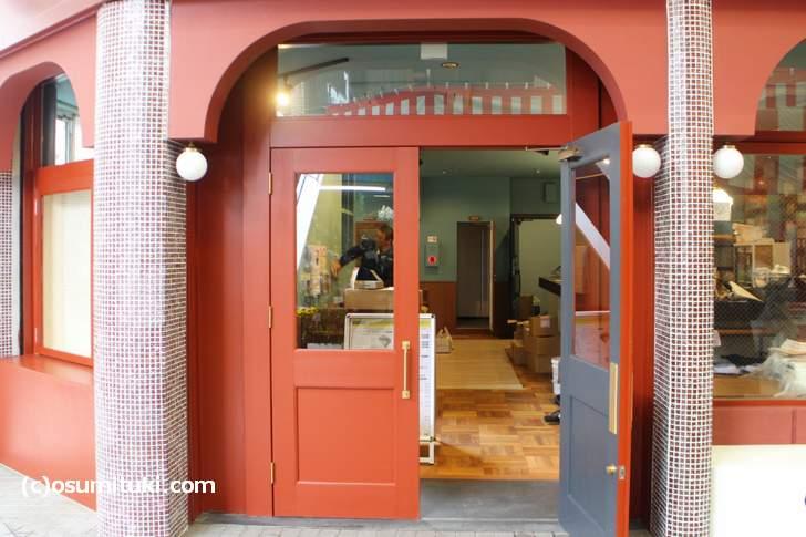 一階はカフェと本屋で、二階と地下に映画館があります