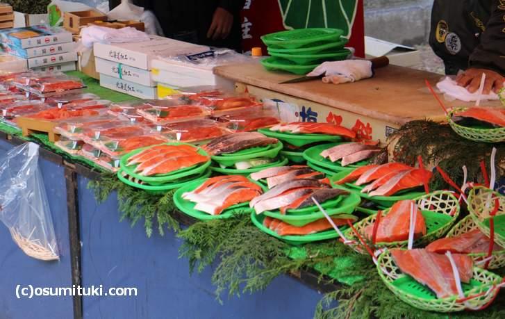 年取り魚の鮭やおせち料理のカズノコも売られています