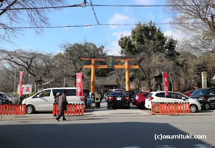 1月1日(元旦)の平野神社前の写真、さほど混雑はしていません