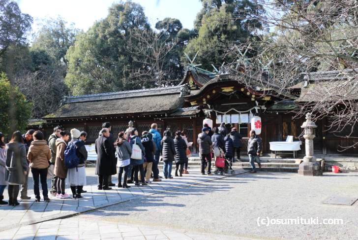 元旦でも拝殿前には40人程度並ぶくらいです