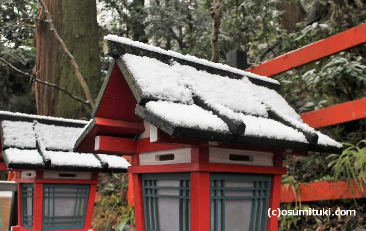 貴船神社の灯篭に1㎝ほどの積雪(2017年12月27日撮影)