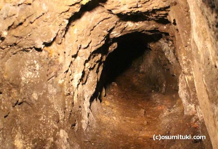 新潟県の山奥にある「コの字の建造物」とは廃鉱山跡のことです