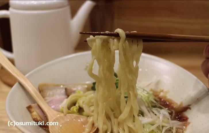 麺も縮れ麺(ピロピロ麺)