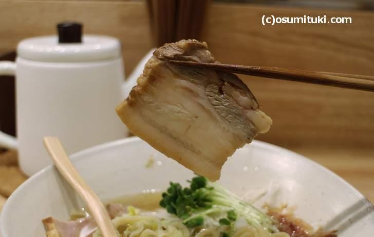 チャーシューも喜多方ラーメンで使う「トロ焼豚」です