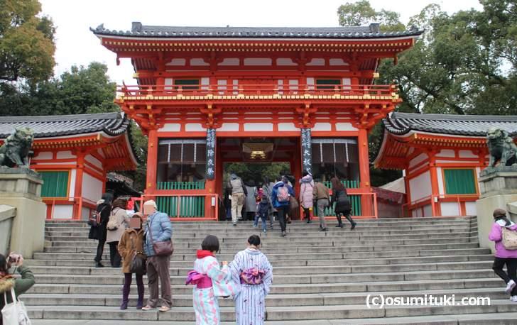 八坂神社は祇園にあるので電車で行くのが最も良い交通手段です