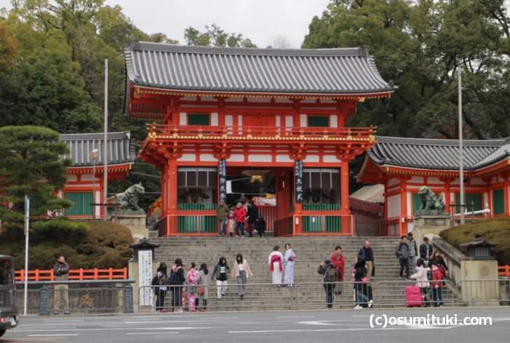八坂神社・西楼門、大晦日23時頃から近寄ることすらできません