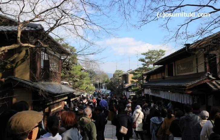 今宮神社の参道、名物「あぶり餅」にも行列ができる人気の神社です