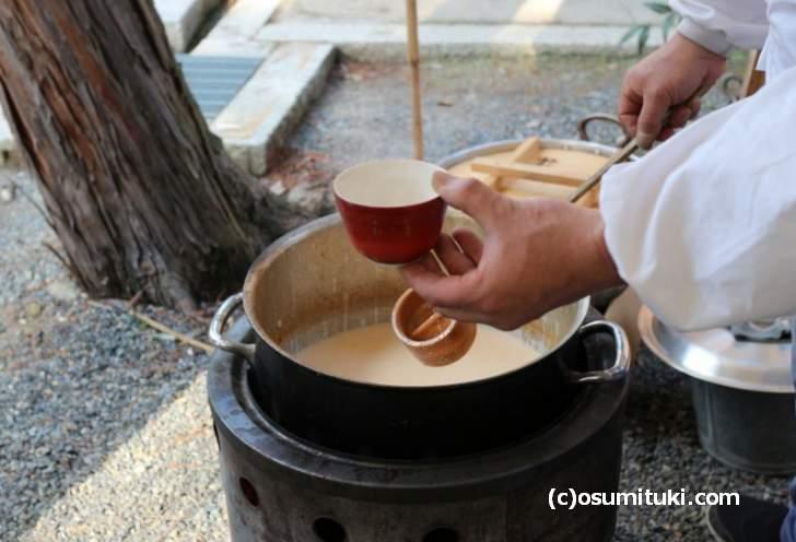 今宮神社では毎年「御神酒と甘酒」が配られます