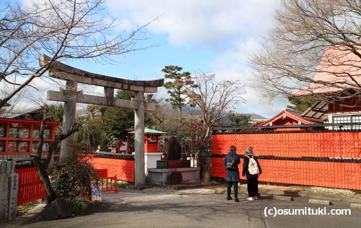 車折神社と芸能神社があり有芸能人の玉垣がたくさんあります