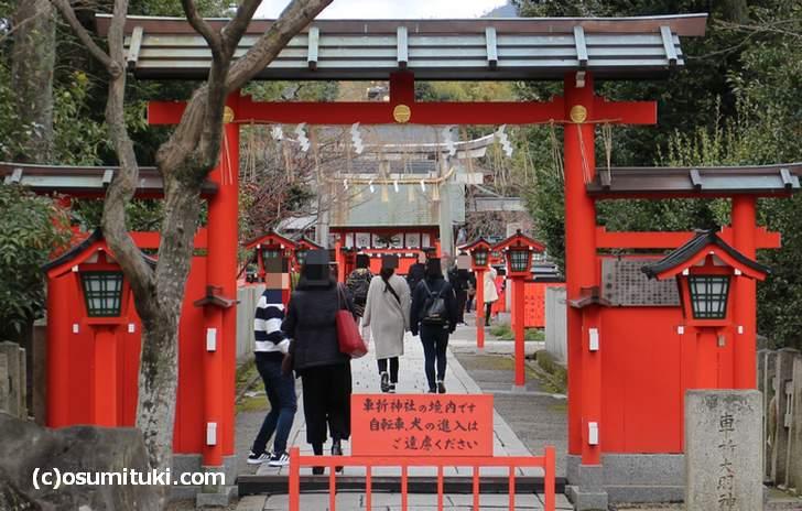 車折神社の参道、元旦日中は本殿までの行列ができる