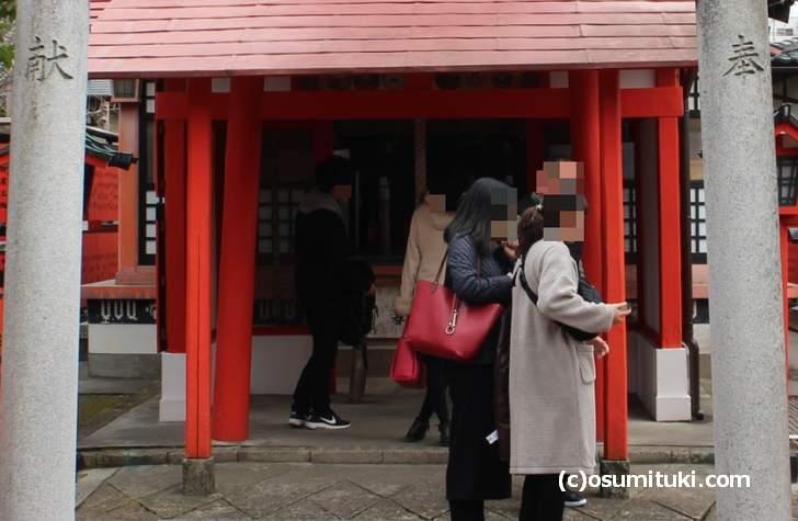 芸能神社は敷地内にある摂社です