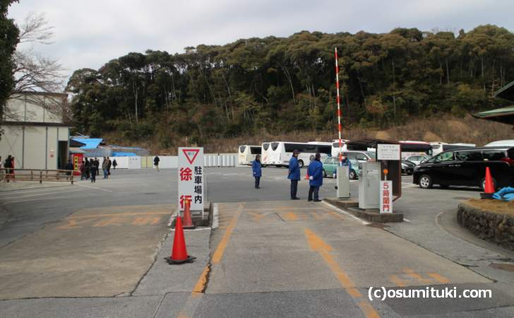 金閣寺には駐車場がありますが元旦正月は外まで待ちの車列ができます