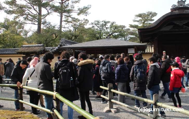 金閣寺の庭園に入るチケット売り場の混雑状況