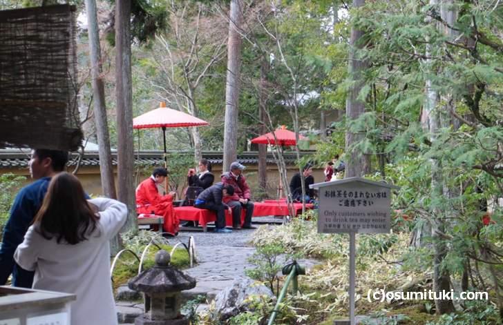 金閣寺の庭園の出口にある野点(お抹茶とお菓子)