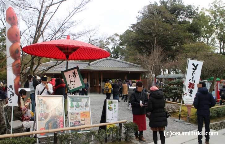 鹿苑寺売店ではソフトクリームやみたらし団子などが売られています