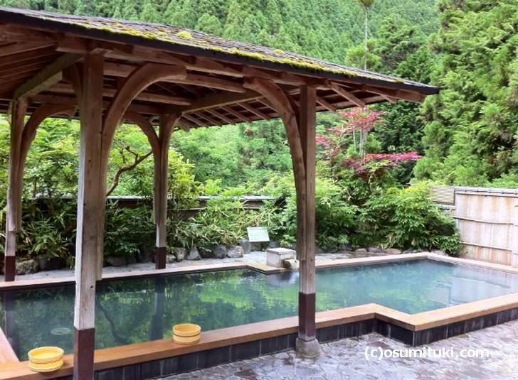 露天風呂は鞍馬の山を眺めながら入浴できます