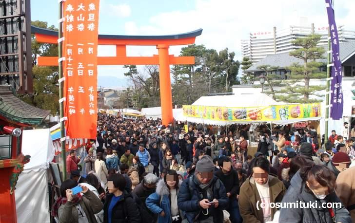 伏見稲荷大社では元旦0時からずっと初詣で賑わいます