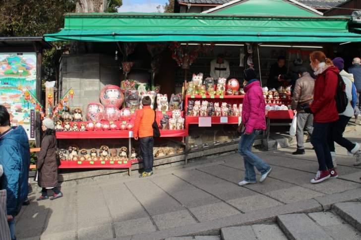 伏見稲荷大社は稲荷山に位置するので坂道が多い神社です