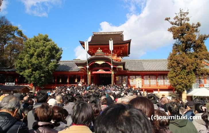 京都の石清水八幡宮の本殿前はものすごい人だかりでした(2018年1月1日撮影)