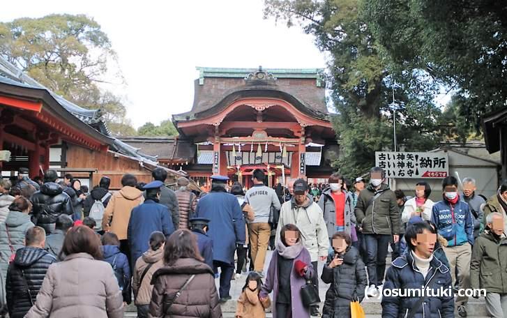 石清水八幡宮の初詣は昼前頃からかなり混雑してきます(南総門)