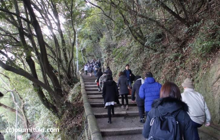 石清水八幡宮 へは参道を通って歩いて行くこともできます