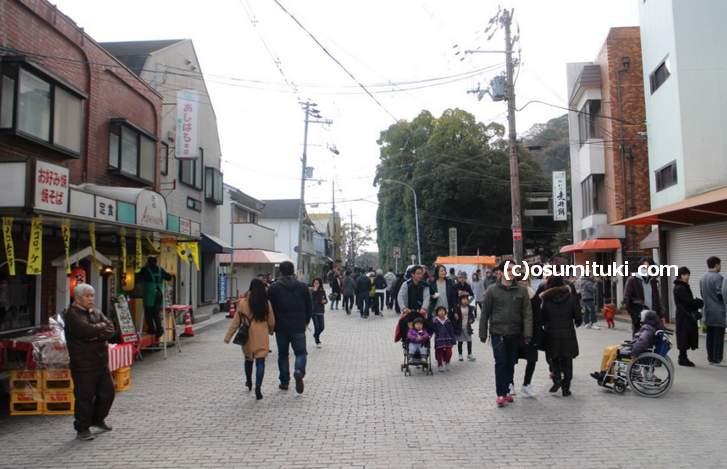 駅前から八幡宮へ歩くと屋台が並んでいます