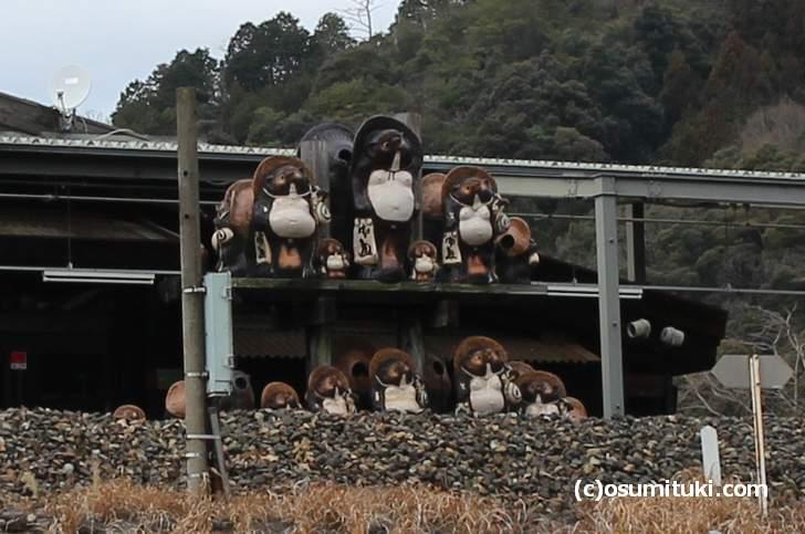 信楽焼は滋賀県甲賀市(こうかし)の信楽(しがらき)で焼かれているタヌキの鋳物です