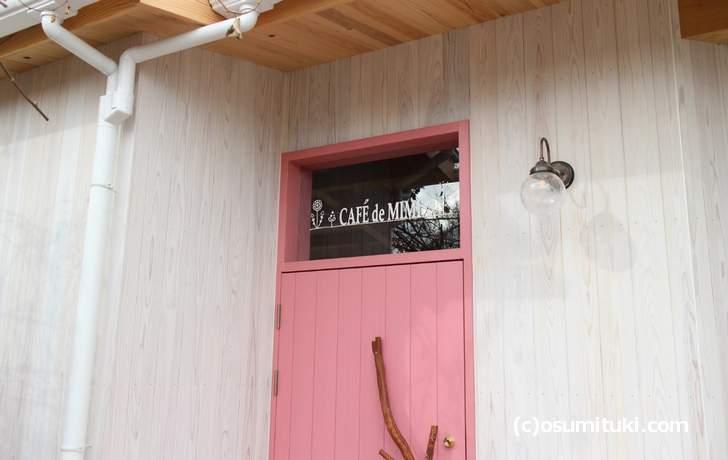 入口のドアも可愛らしいピンク色