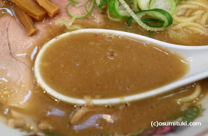 鶏ガラと野菜がとろとろになるまで煮たスープ