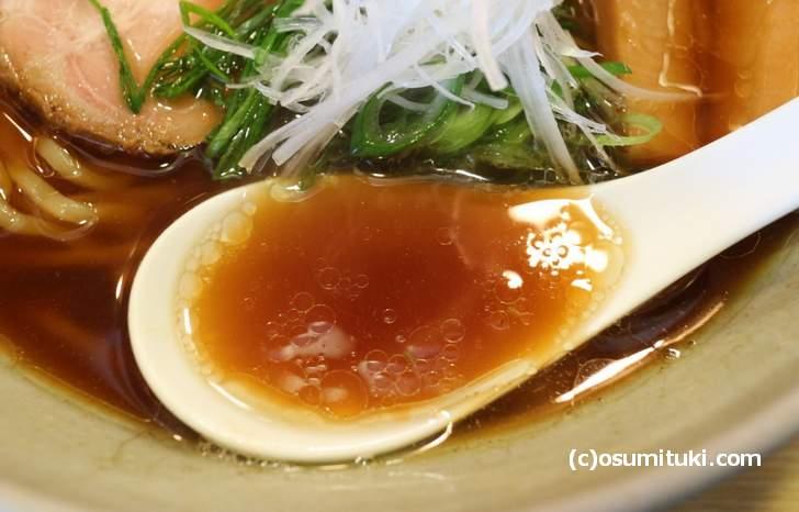 スープは魚介の風味もする醤油のカドがたったものでした