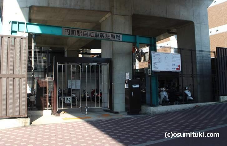 JR山陰本線の高架下に有料駐輪場があります(バイク、自転車)