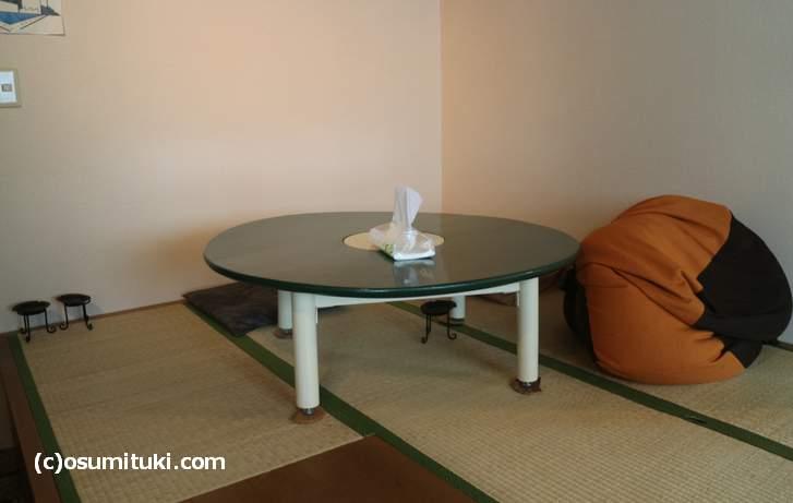 お座敷とテーブル1卓、カウンター数席あります