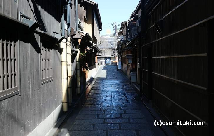「祇園麺処むらじ」さん前は、京都らしい雰囲気の町並みの中にあります