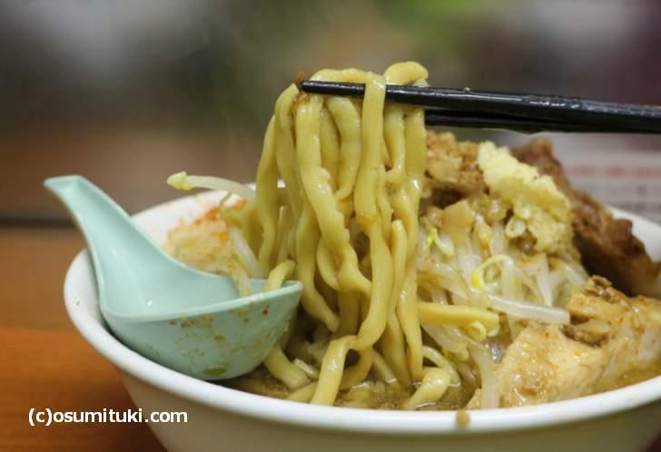 麺は平打ちの太麺