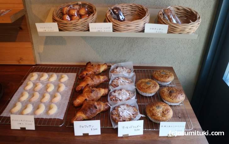 自家製のパンやケーキもあります