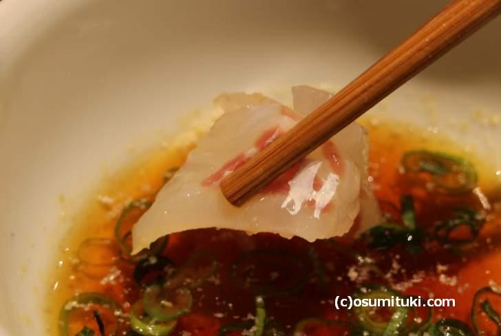 出汁醤油に真鯛のお刺身をつけてご飯にのせていきます