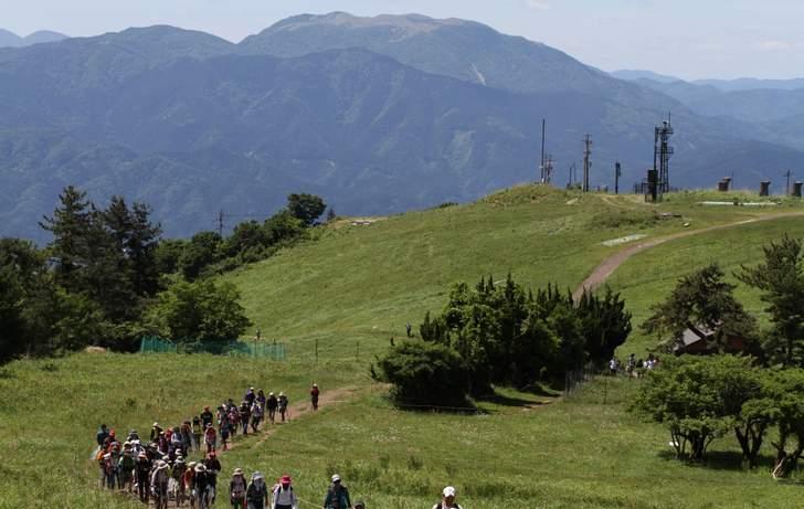 登山で知られるカルスト台地の続く「霊仙山(りょうぜんざん)」の南西にあります