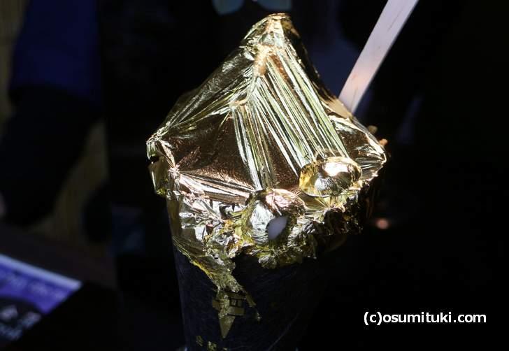 インパクト大!金箔一枚のせ黄金ソフトクリーム